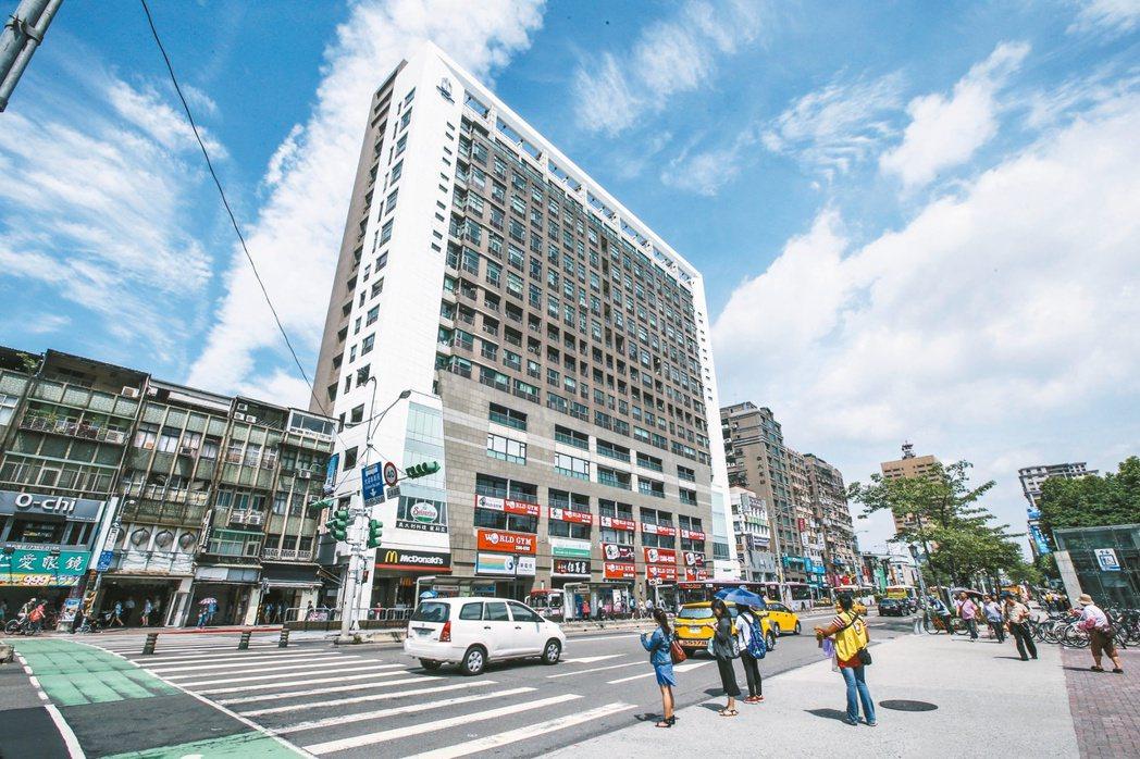 圖為台灣大學附近,捷運公館站1號出口大樓。 記者楊萬雲/攝影