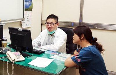 彰化秀傳醫院胃腸肝膽科主治醫師陳奎閔(左),提醒50歲以上民眾應接受糞便潛血檢查...