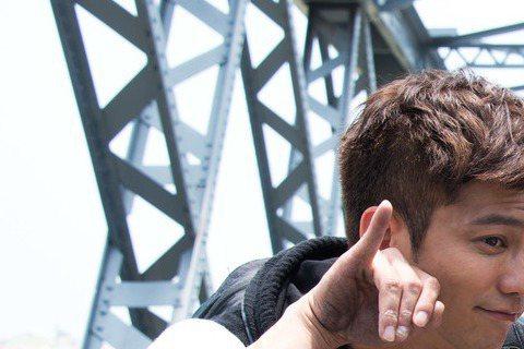 台視、TVBS「哇!陳怡君」劇組上月30日道具車停放在新北市新莊區時遭竊,竊賊將車窗玻璃被砸碎,偷走車上12支道具手機及劇中姚元浩所使用筆記型電腦,警方憑監視器「以車追人」,有拍到嫌犯大包小包的畫面...