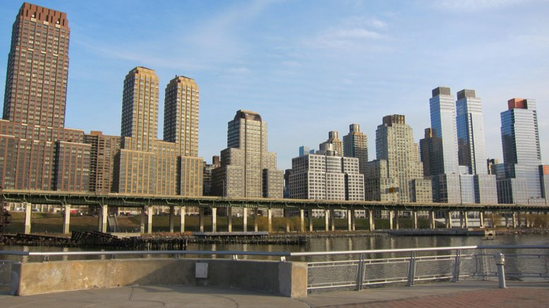 開發商Extell在曼哈頓上西城興建高33層的「濱河大道40號」,內含274個住宅單元,其中將提供55個單元出租給低收入者。圖為該建案所在地。 photo cedit:Bosc d'Anjou(CC BY 2.0)