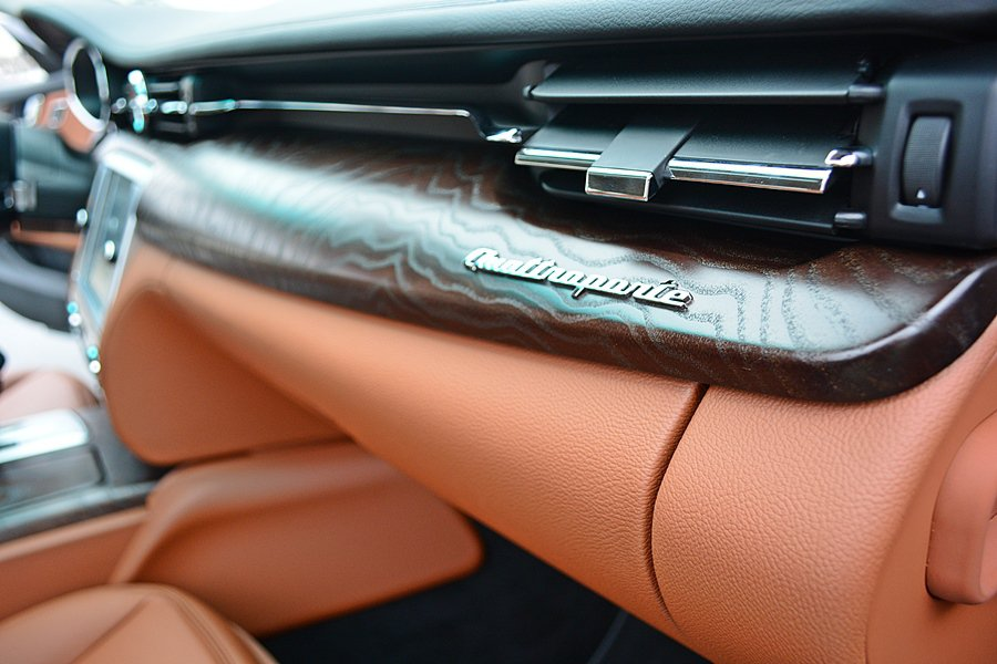 Poltrona Frau的皮革結合水波紋的Radica原木飾板,使車室呈現濃厚...