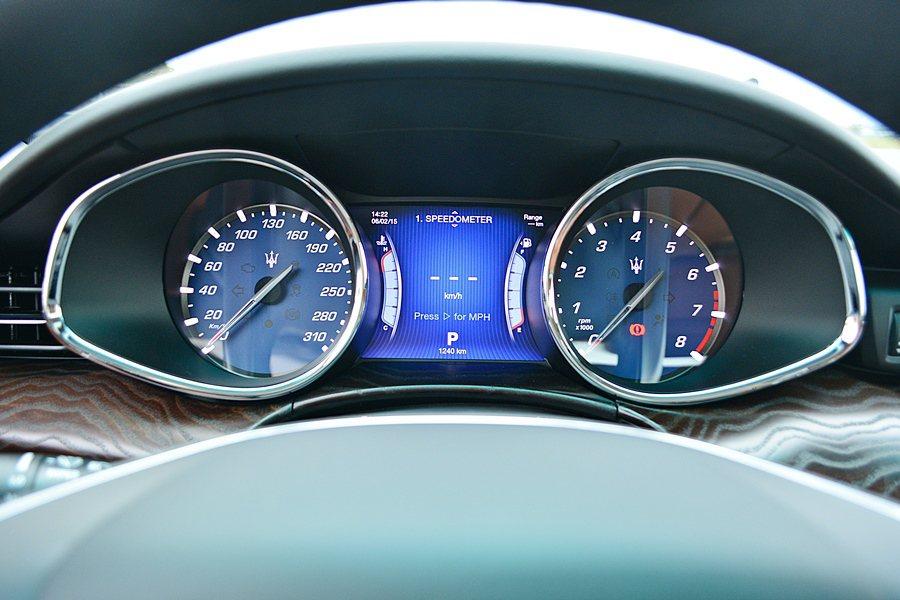 義式風格的雙環儀錶板,中央是7吋TFT藍底行車訊顯示螢幕,可顯示油量、水溫、檔位...