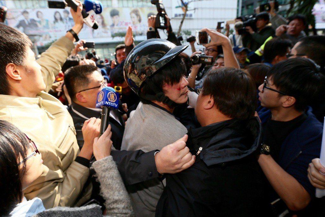 圖為小燈泡案王姓嫌疑人在警局前遭民眾追打畫面。 圖/聯合報系資料照片
