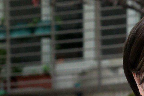 據壹週刊報導,女星李妍憬(李妍瑾)去年因胸部乳腺纖維瘤開刀,當時她自嘲成了刀疤奶女王,如今又爆出她聲帶長東西,講話會岔音,連原本計畫要出的專輯也停擺。據報,李妍憬聲帶長囊腫,雖然醫生要她開刀,不過她...