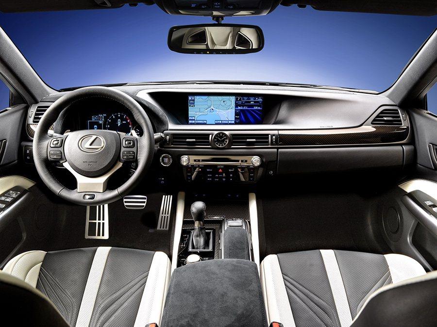 與德國對手BMW M5以及 Mercedes E63相比,Lexus GS F的...
