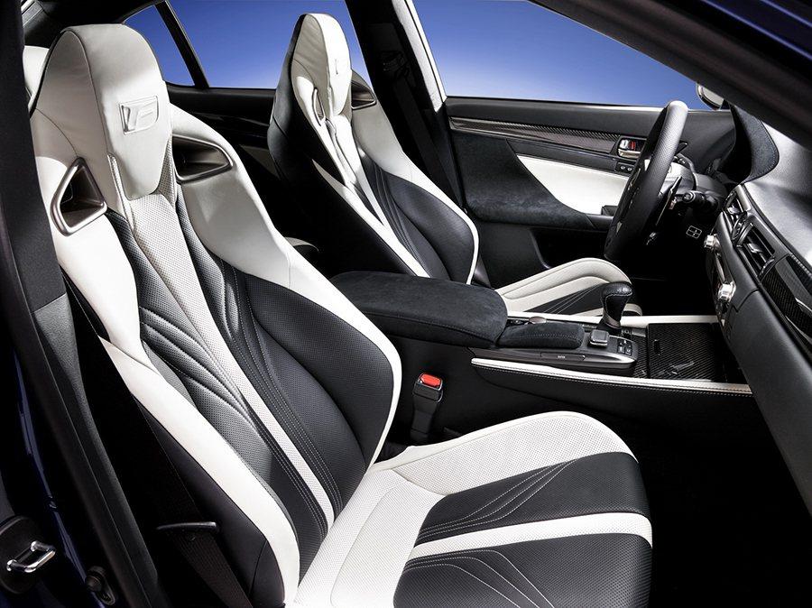 雙前運動化座椅的包覆性應該會讓熱愛激烈操的車主非常滿意。 Lexus