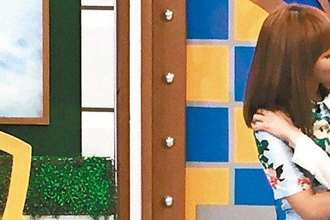 楊千霈、吳怡霈上「康熙來了」,因遊戲猜錯被拱互賞巴掌,最後以「女女激吻」收場,因為吻得極深,楊千霈嚇到,全場也呆住,吳怡霈說:「當然要玩就玩真的。」整形風潮在台灣越來越盛行,「康熙」錄「微整形」單元...