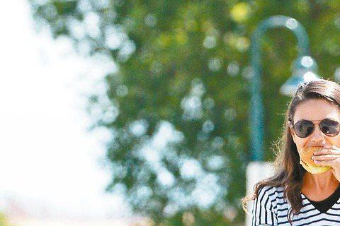 好萊塢銀色伴侶艾希頓庫奇與蜜拉庫妮絲升格當爸媽後,感情依然甜蜜,還趁著假期帶著女兒與友人外出,享受輕鬆自在的休閒生活,蜜拉也放下身段,邊走邊吃漢堡。艾希頓庫奇與蜜拉庫妮絲的女兒薇特已經8個月大,為了...