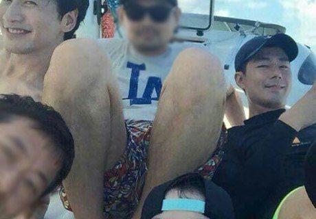 某社交網站上出現了一張宋仲基、趙寅成和李光洙在泰國享受休假時的合照,據悉為一同出遊的某工作人員所上傳。照片中,三人和工作人員坐在一起,和樂融融。宋仲基、趙寅成和李光洙平素就很要好,這次恰逢宋仲基兵役...