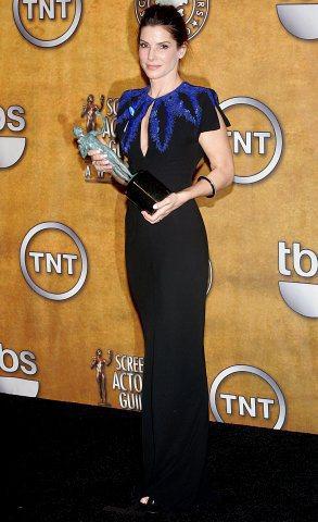 珊卓布拉克穿著Mcqueen寶藍色禮服,別致的設計和剪裁讓她看來高貴典雅。圖/達...