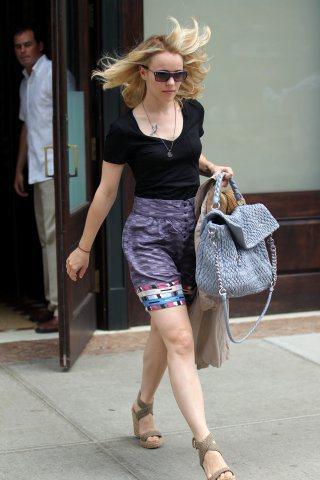 瑞秋麥登斯提著miu miu春夏當紅包款逛大街。圖/miu miu提供