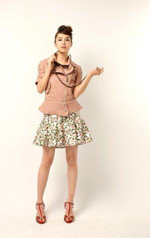 李佳穎穿LV早春粉紅色皮衣、粉紅色水果花卉裙子。記者/陳立凱攝影