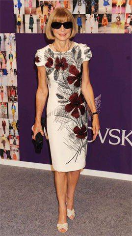 安娜溫圖身穿Carolina Herrera的印花旗袍式洋裝,顯得甜美素雅。圖/...