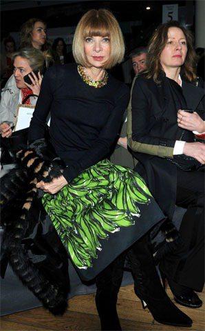 安娜溫圖穿著Prada香蕉裙看秀,用她的時尚氣勢駕馭童趣感的服裝。圖/達志影像提...