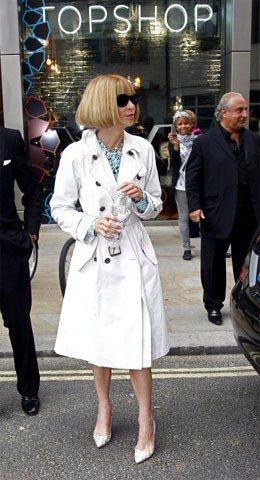 白色風衣配上淺色系尖頭跟鞋,內搭綠色花上衣相映出清新的優雅氣息。圖/達志影像提供