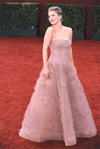 09年的艾美獎星光大道上,茱兒芭莉摩穿上粉色禮服,像個公主般甜美。圖/Anna ...