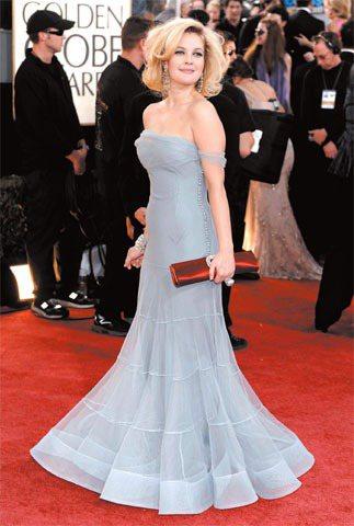09年的金球獎紅毯上,茱芭莉摩的Dior禮服與蓬鬆捲髮別具復古浪漫風情。圖/路透