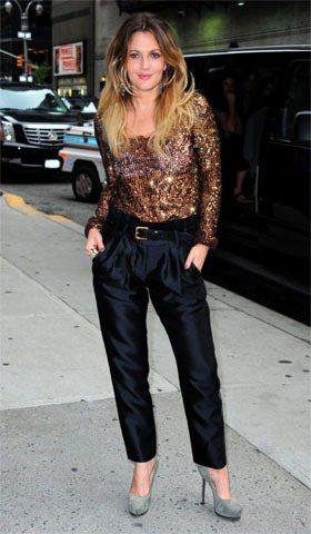 茱兒芭莉摩選擇西裝褲配上金色亮片上衣,詮釋都會女性的俐落氣息。圖/達志影像提供