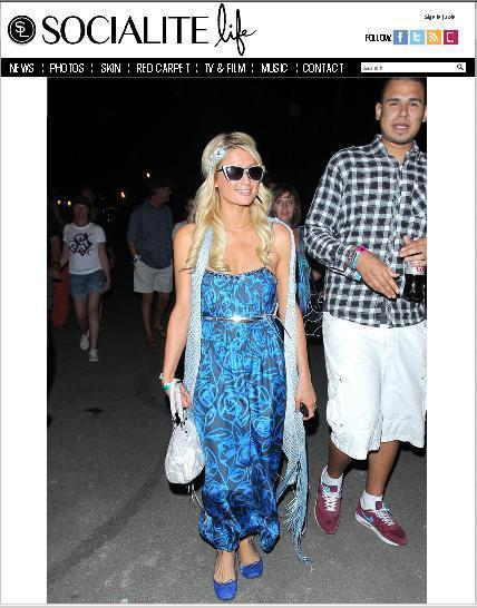 派瑞絲希爾頓以一件藍色玫瑰印花長洋裝現身。圖/擷取自socialitelife