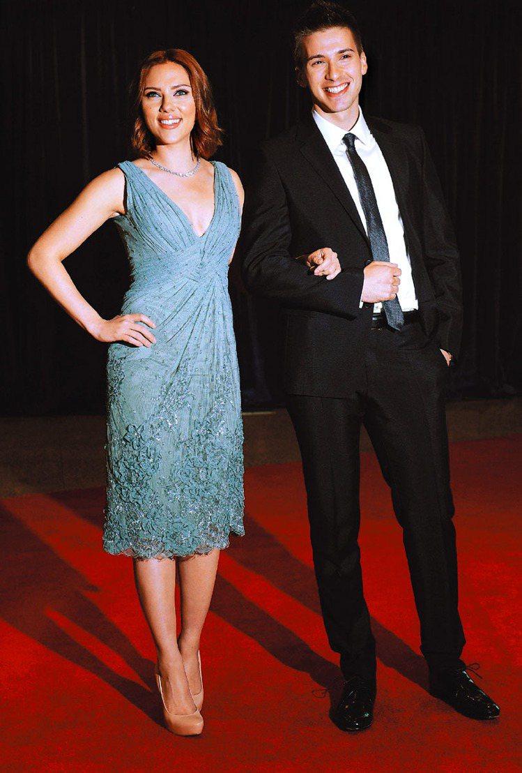 史嘉莉喬韓森頂著新紅短髮造型和雙胞胎弟弟出席白宮記者會。圖/路透