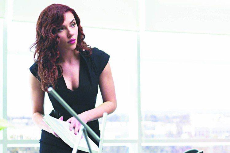 史嘉莉喬韓森在電影「鋼鐵人2」中的紅髮造型。圖/UIP提供