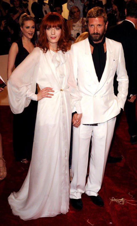 穿著YSL禮服的Florence Welch與YSL設計總監Stefano Pi...