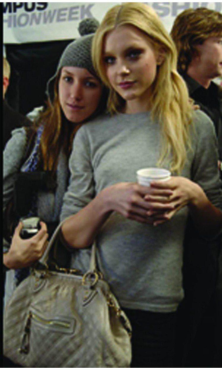Marc Jacobs 05年推出的Stam包,就是為Jessica Stam設...