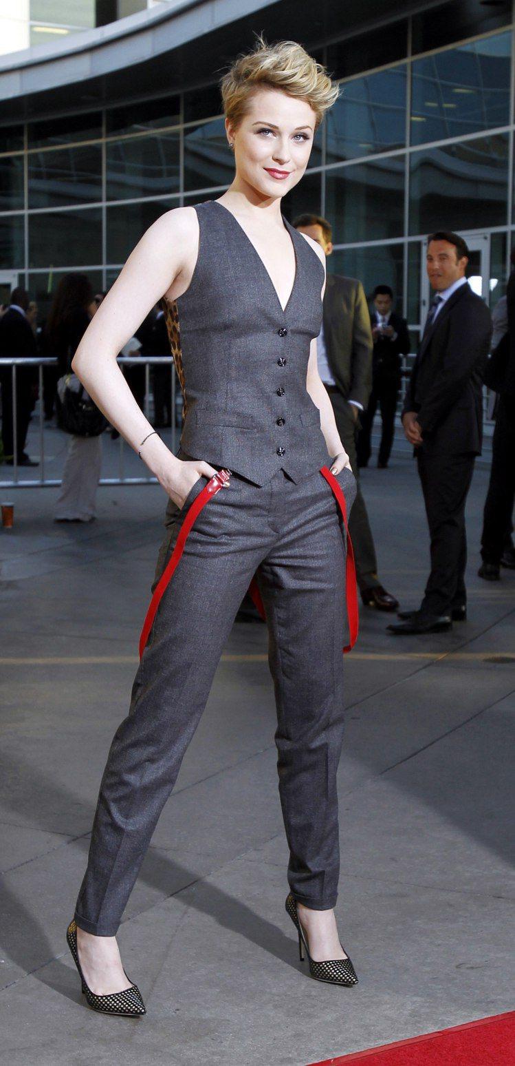 伊凡瑞秋伍德穿Dolce & Gabbana西裝背心與窄管褲,性感又迷人。圖/路...