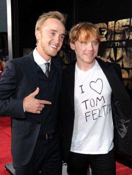 魯伯葛林特(右)用奇異筆在T恤上寫「馬份」湯姆費爾頓(左)的名字表示支持。圖/福...