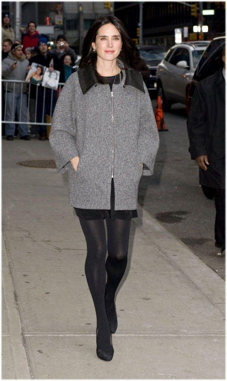 珍妮佛康納莉愛穿大衣、軍裝夾克。圖/達志影像提供