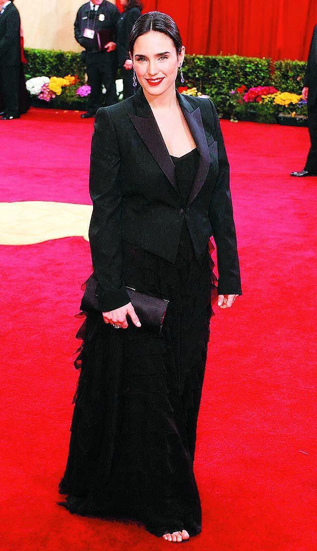 再度穿上黑色禮服的珍妮佛康納莉。圖/路透