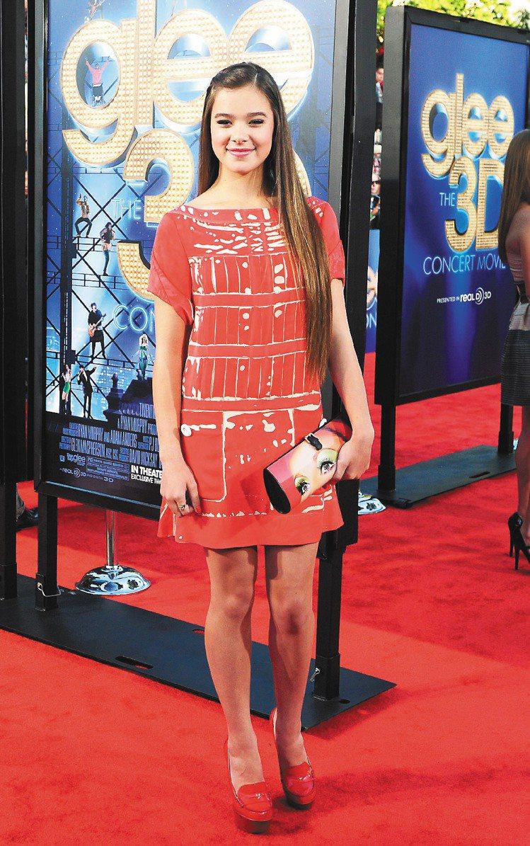 海莉史坦菲德穿LV明年早春紅色洋裝現身,重回年輕女星懷抱。圖/法新社