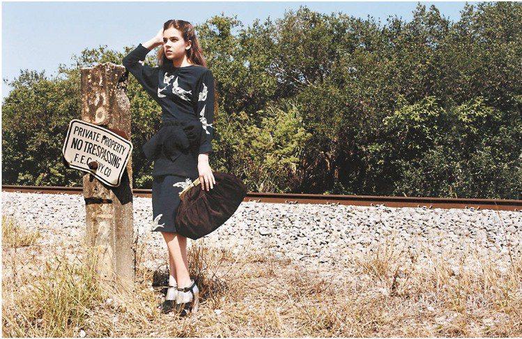 海莉史坦菲德代言的Miu Miu廣告,成功詮釋蘿莉塔的性感氣氛。圖/Miu Mi...