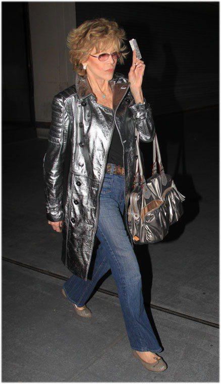 銀色皮革大衣搭高腰牛仔褲,珍芳達就像個80年代巨星一樣漫步街頭,腳上的芭蕾舞鞋搭...