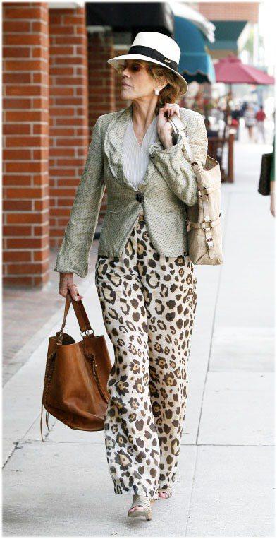 豹紋高腰寬版褲搭短版西裝外套、腳踩魚口跟鞋,珍芳達戴上紳士帽裝低調但還是很亮眼。...