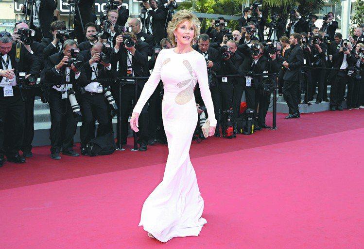 2011坎城影展,珍芳達穿白色長禮服,顯得雍容大方。圖/歐新社