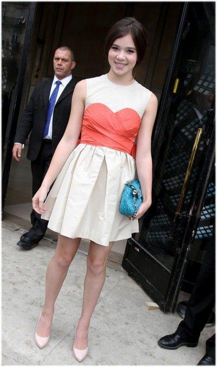 少女新星海莉史坦菲德她穿上代言的Miu Miu皮格雞尾酒蓬裙禮服還是很青春俏麗,...