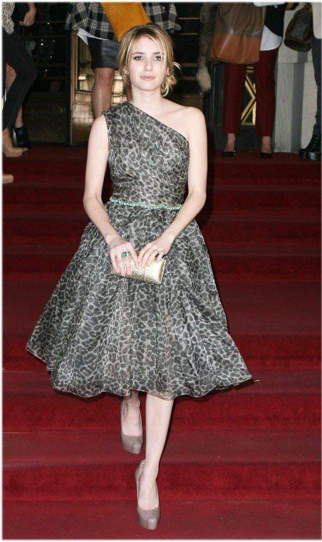 艾瑪羅勃茲難得穿上動物紋服裝,斜肩的灰色豹紋蓬裙裙擺的弧度剛剛好。圖/達志影像