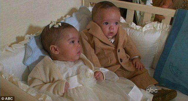 瑪麗亞凱莉六個月大的雙胞胎穿名牌童裝,睡台幣10萬元的嬰兒床。圖/取自daily...