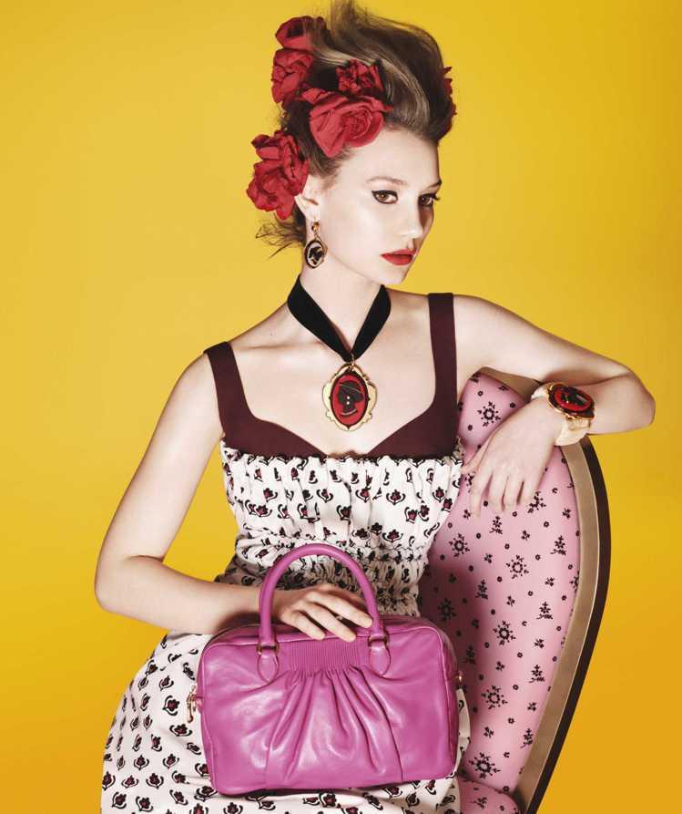 Mia Wasikowska 蜜雅娃絲柯思卡在形象廣告中沉靜一如洛可可時期的仕女...