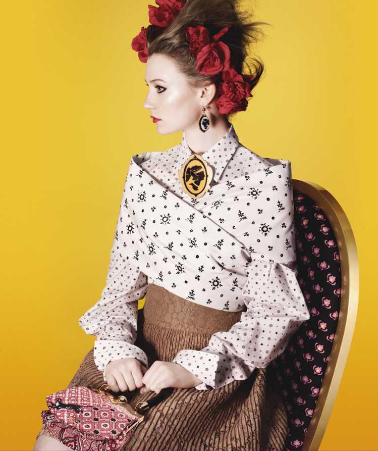 鮮黃底色取代了週遭的敘事背景,充滿歷史感的典雅傢俱暗示出中產階級的華貴姿態。圖/...