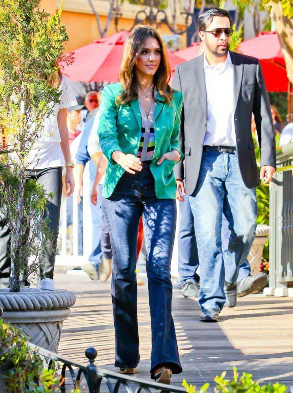 鮮綠西外套 x 條紋針織衫,活潑且討人喜歡。圖/美麗佳人提供