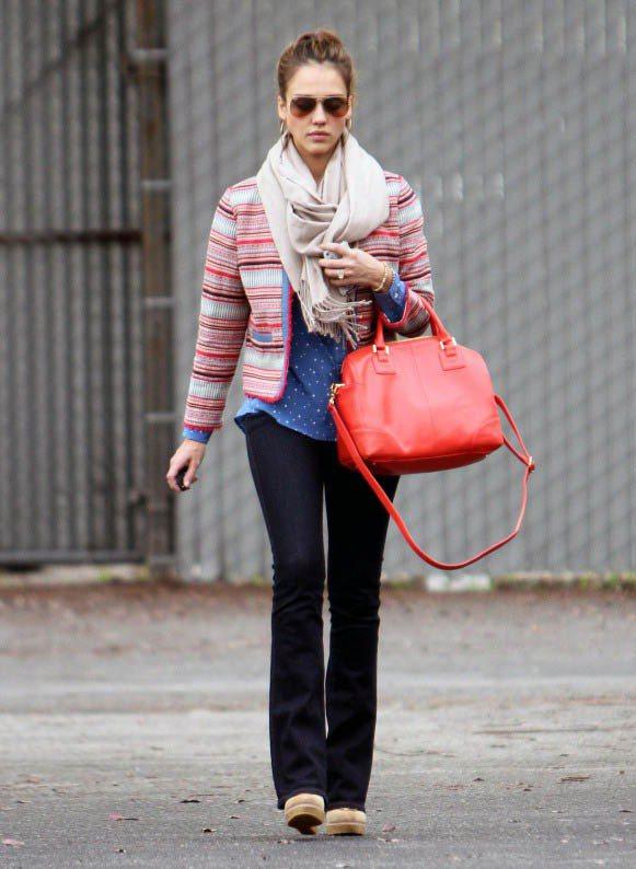 多色條紋針織外套 x 大紅提包協調混色。圖/美麗佳人