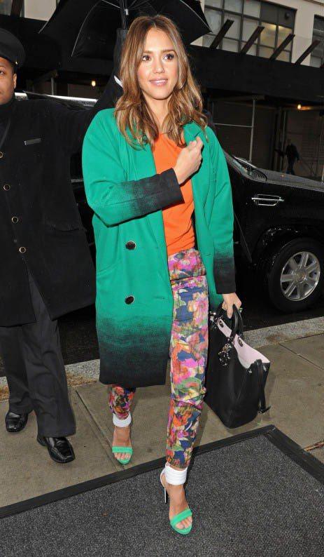 Oversize的漸層綠色西外套x橘色針織衫x混色花褲,時髦有型。圖/美麗佳人提...