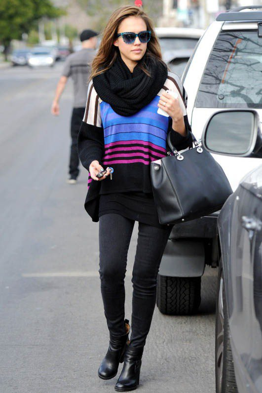 亮彩條紋毛衣 x 黑色單品,簡約亮眼。圖/美麗佳人提供