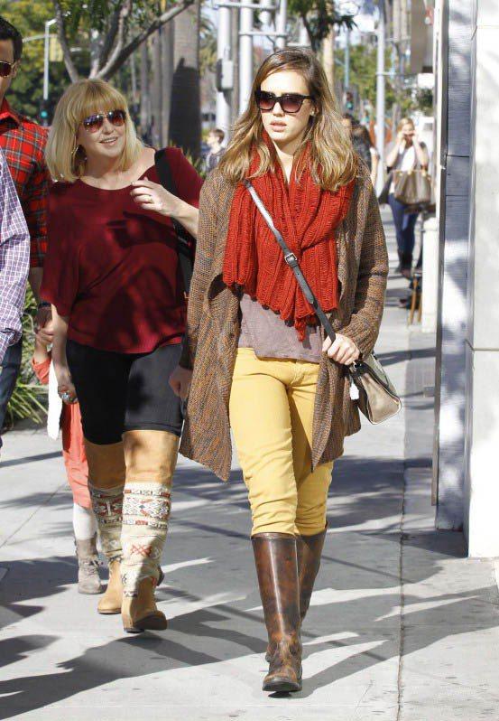 紅色圍巾 x 嫩黃窄管褲,暖色系透柔和感。圖/美麗佳人提供
