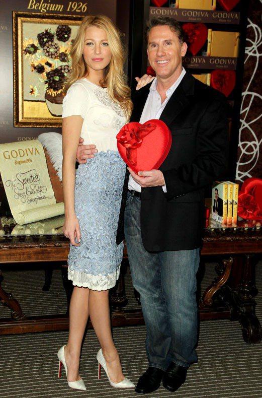 布蕾克萊弗莉與作家Nicholas Sparks為Godiva情人節活動站台。圖...