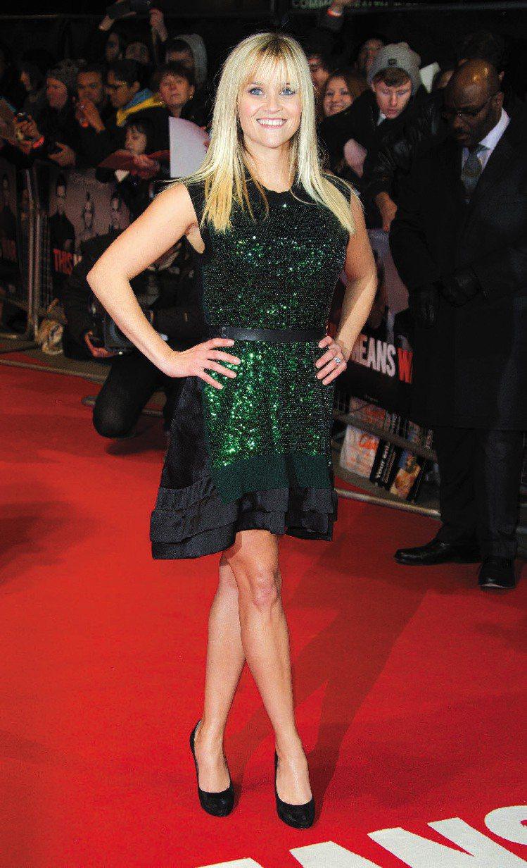 瑞絲薇絲朋以黑色腰帶搭配LV禮服。圖/美聯社