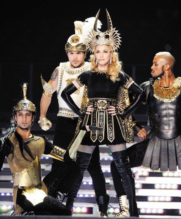 瑪丹娜穿GIVENCHY訂製舞台裝、配寶格麗珠寶與MIU MIU長靴。圖/GIV...
