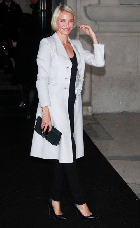 卡麥蓉狄亞茲在Armani秀場上穿連身褲裝加大衣,搭配手拿包像是位事業繁忙的女強...